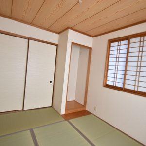 バルコニーに面した明るい和室です。(キッチン)