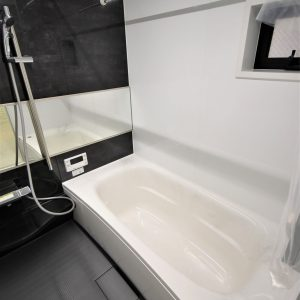 おそうじラクラク宣言!フッ素配合新素材浴槽はあったかい保温機能も。寒い時期や梅雨時にうれしい浴室暖房乾燥機設置。スタイリッシュなフラットラインLED採用です。 現地(2021年1月)撮影(風呂)