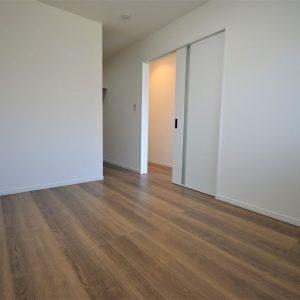 1階洋室はドアレスのWIC設置。クローゼットへクイックアクセス出来ます。お出かけ前の準備タイムも快適に!!現地(2021年1月)撮影(内装)